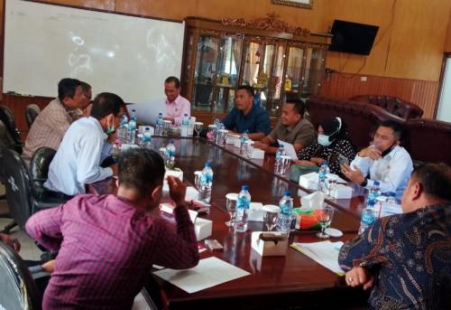Pimpinan dan Anggota Badan Musyawarah DPRD beserta Sekretariat DPRD Kab. Batu Bara mengadakan Rapat BANMUS di Ruangan Ketua DPRD.